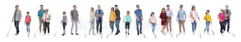 Ställ in av blint folk med långa rottingar på vit arkivfoton