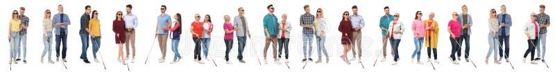 Ställ in av blint folk med långa rottingar på vit arkivbilder