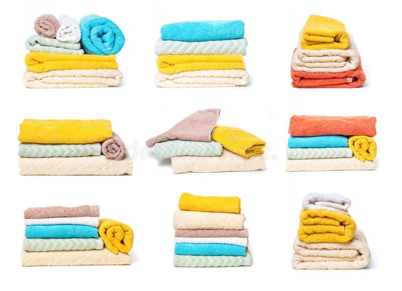 Ställ in av bunt av handdukar som isoleras på vit isolerad bakgrund fotografering för bildbyråer