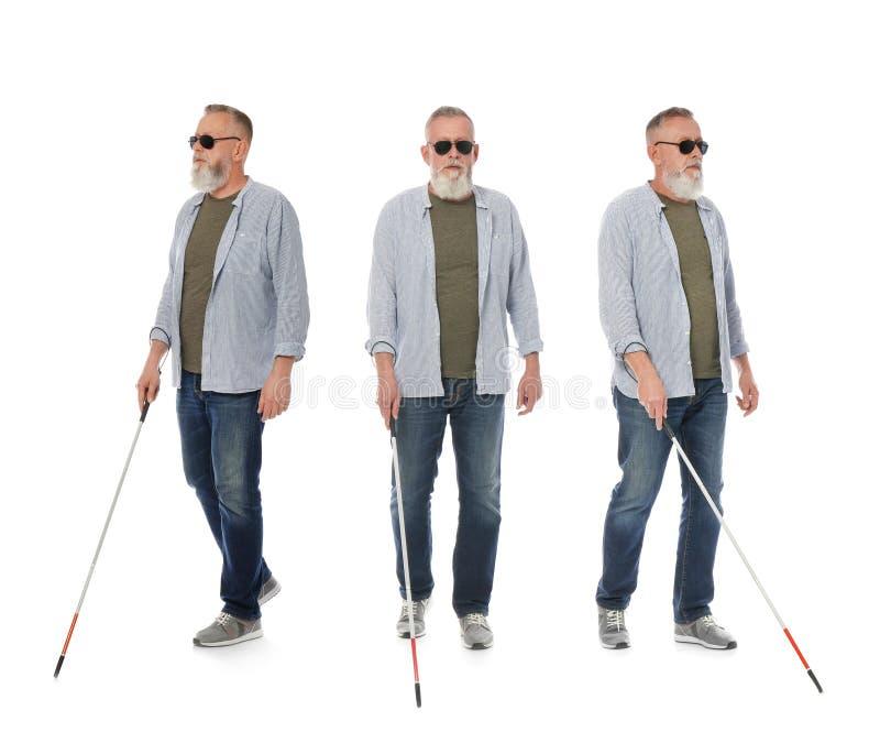 Ställ in av den höga blinda mannen med den långa rottingen som går på vit royaltyfri foto