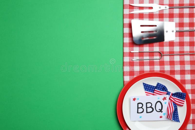 Ställ in av dishware- och grillfesthjälpmedel på färgbakgrund, utrymme för text USA sj?lvst?ndighetsdagen royaltyfria bilder
