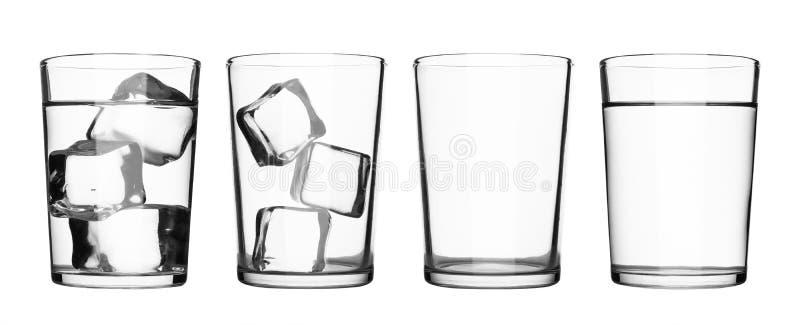 Ställ in av drinkexponeringsglas med vatten- och iskuber som isoleras på ren vit bakgrund Exponeringsglas av vatten eller uppfris royaltyfri foto