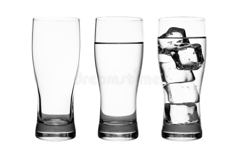 Ställ in av drinkexponeringsglas med vatten- och iskuber som isoleras på ren vit bakgrund Exponeringsglas av vatten eller uppfris arkivbilder