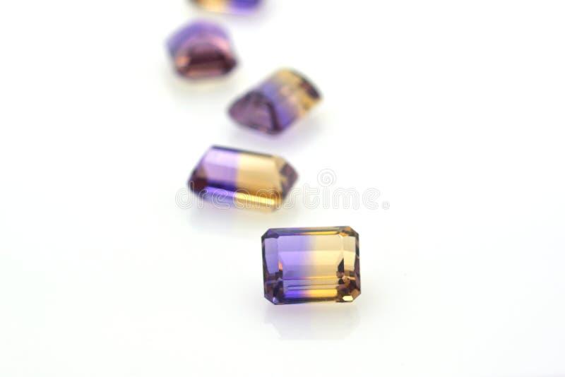 Ställ in av dyrbara purpurfärgade och gula polerade ädelstenar av ametrinen Smycken och  arkivfoto
