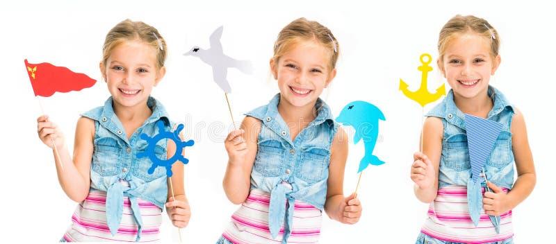 Ställ in av färgrik leksaker för liten flickaholdind på pinnar isolerat arkivbilder