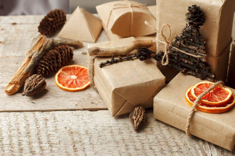 Ställ in av gåvaasken i hantverkpapper med naturlig garnering, gåvaferiebegrepp Nollförlorad livsstil royaltyfri bild