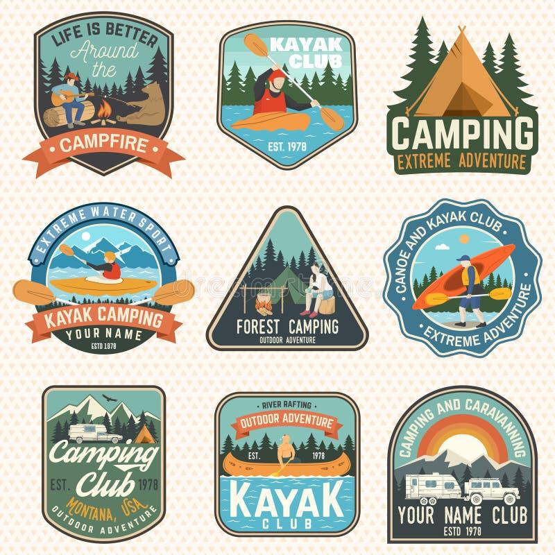 Ställ in av koloni-, kanot- och kajakklubbaemblem vektor Begrepp för lapp Retro design med att campa, berg, flod royaltyfri illustrationer