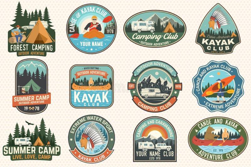 Ställ in av koloni-, kanot- och kajakklubbaemblem vektor För lapp Design med att campa, berg, flod, amerikan vektor illustrationer