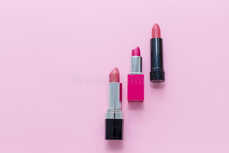 Ställ in av läppstift som isoleras på rosa bakgrund Rött rosa, vin som är vinous Skönhetskönhetsmedelsamling Modetrender in royaltyfri foto