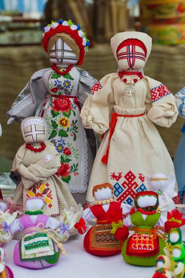 Ställ in av mänskliga trasdockor för den handgjorda textilen, den ukrainska etniska traditionella leksaksymbolmotankaen, folk han fotografering för bildbyråer