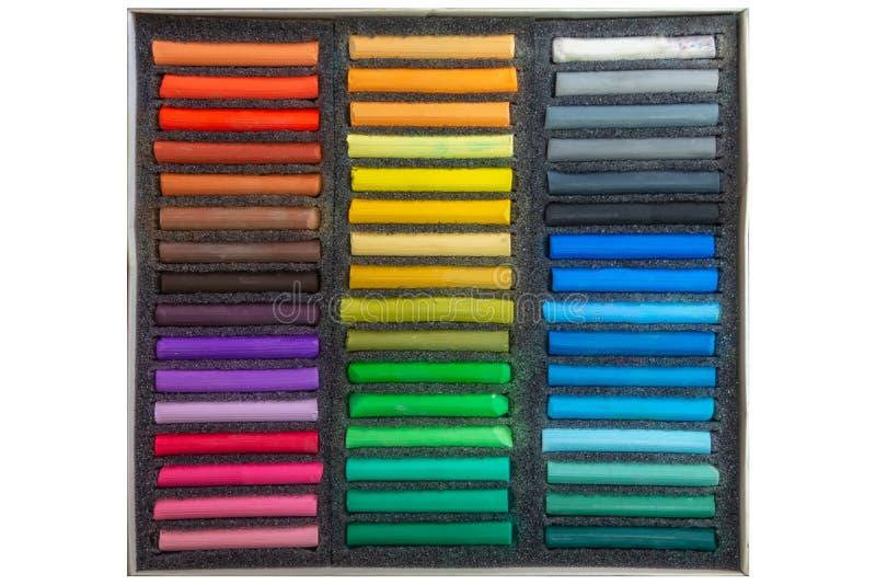 Ställ in av mångfärgade pastellfärgade färgpennor på vit bakgrund royaltyfri bild