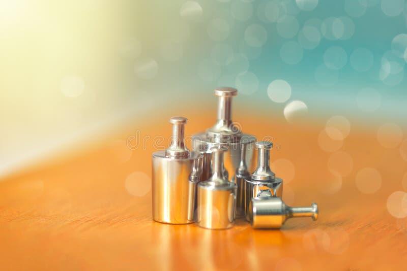 Ställ in av metallvikter för våg och uppsättningen för vikt för kalibreringsprov för kalibreringsjämvikt till exakthet och precis royaltyfri bild