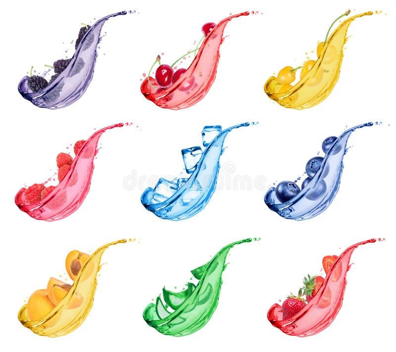 Ställ in av olika bär och frukter med färgstänk av ny fruktsaft på vit bakgrund royaltyfri foto