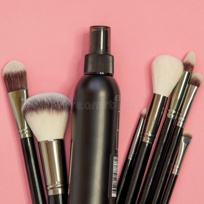 Ställ in av olika borstar för yrkesmässig makeup, en multifunctional uppsättning av den yrkesmässiga makeupkonstnären arkivfoto