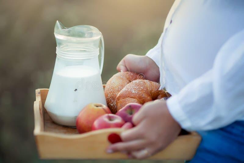 Ställ in av olika foods på den gamla träbakgrunden, grönsaker, frukt, ägg, mejeriprodukter, begreppet av ett allsidigt arkivbilder