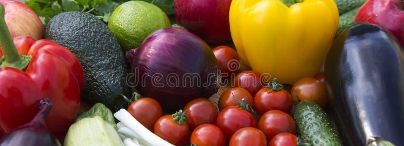 Ställ in av olika organiska rå frukter och grönsaker på träbakgrund Slapp fokus Närbild royaltyfri bild