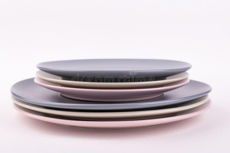 Ställ in av olika plattor av gråa, rosa och olivgröna färger, isolat arkivfoto