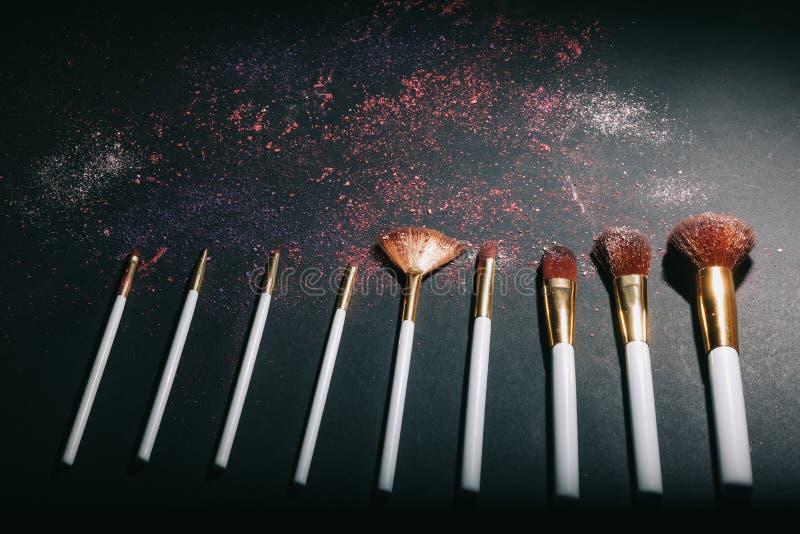 Ställ in av olika professionella kvinnors kosmetiska makeupborstar arkivfoto