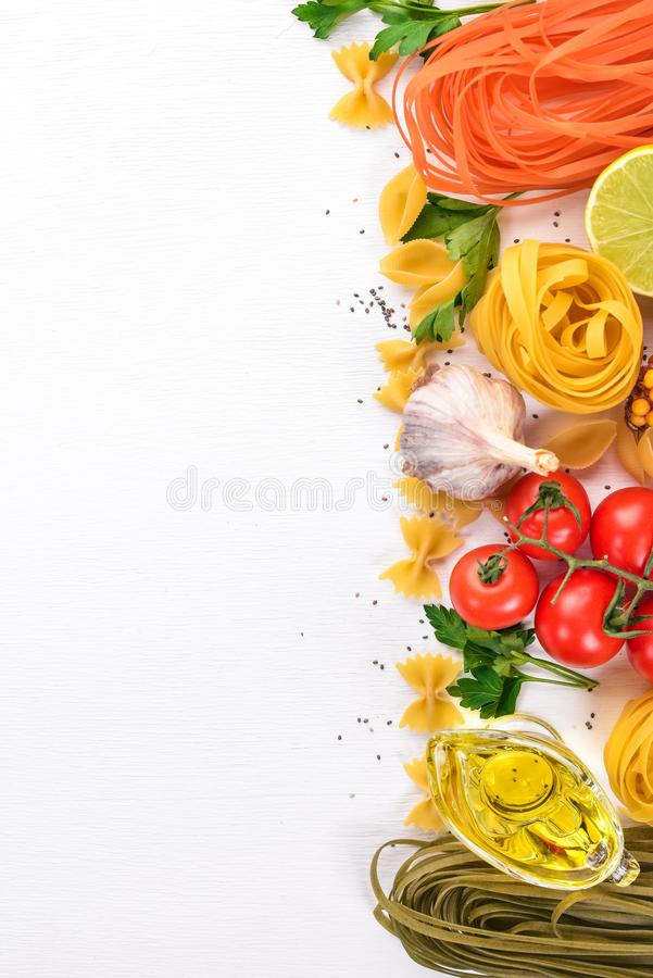 Ställ in av pasta, nudlar, spagetti Italienskt laga mat, nya grönsaker och kryddor P? en vit bakgrund royaltyfri fotografi