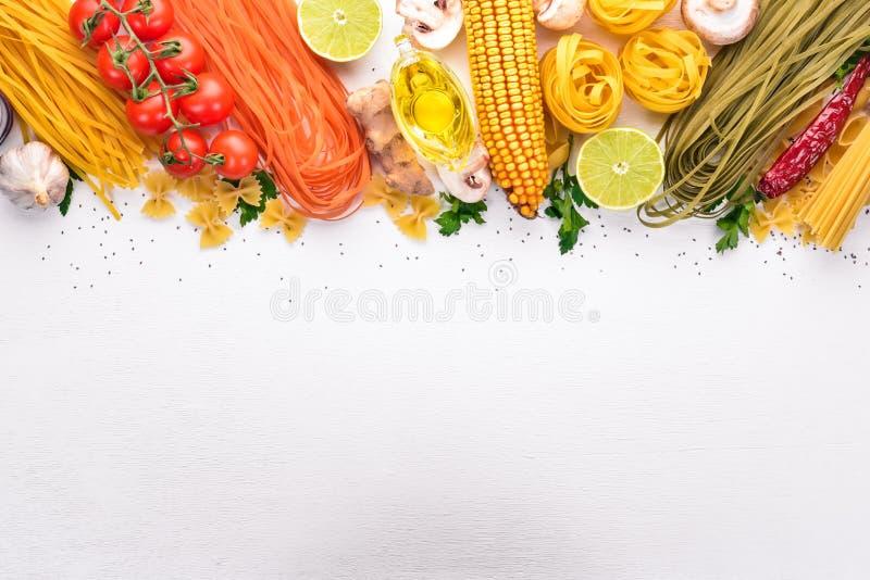 Ställ in av pasta, nudlar, spagetti Italienskt laga mat, nya grönsaker och kryddor P? en vit bakgrund royaltyfri illustrationer