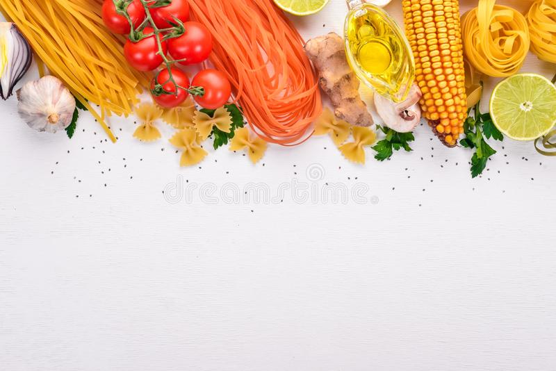 Ställ in av pasta, nudlar, spagetti Italienskt laga mat, nya grönsaker och kryddor P? en vit bakgrund vektor illustrationer