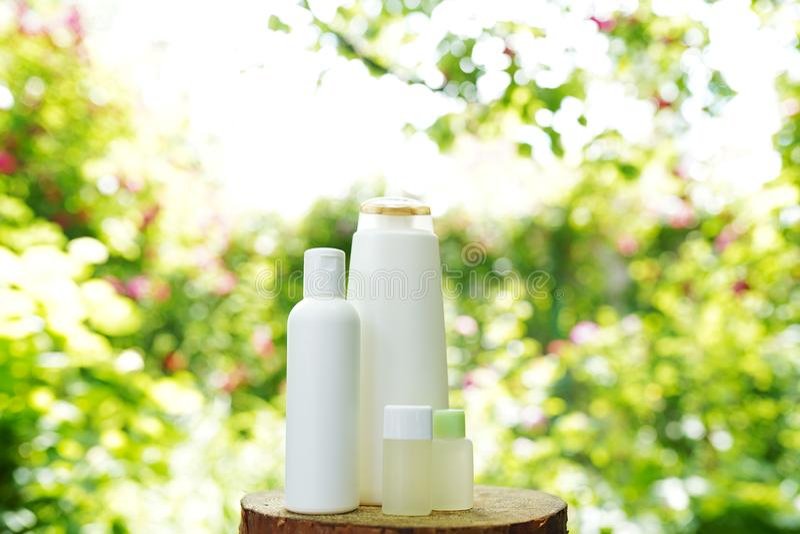 Ställ in av produkter för kropphudomsorg på naturbakgrund, kopieringsutrymme Schampo stelnar, olja arkivfoton