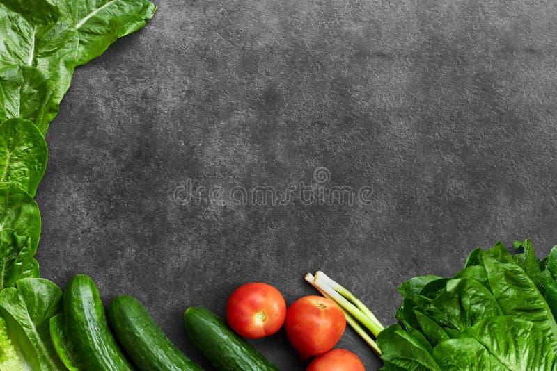 Ställ in av rå organisk mat, grönsaker med nya ingredienser för healthily att laga mat på svart bakgrund, den bästa sikten, baner arkivfoton