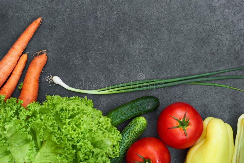 Ställ in av rå organiska grönsaker med nya ingredienser för healthily att laga mat på svart bakgrund, den bästa sikten, baner arkivfoton