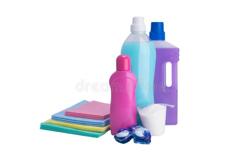 Ställ in av rengörande objekt, trasor, buteljerade flytande och tvättpulver, på vit bakgrund royaltyfria bilder