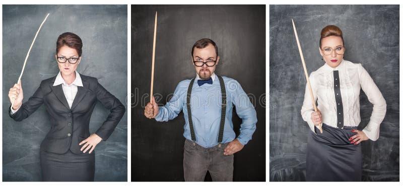 Ställ in av rolig ilsken lärare i glasögon med pekaren på svart tavla royaltyfria bilder