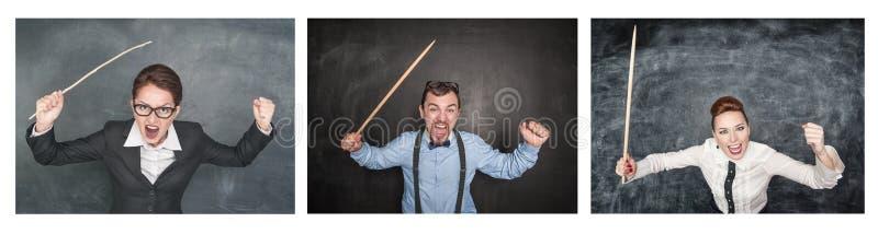 Ställ in av roliga ilskna skrikiga lärare med pekaren på svart tavla royaltyfria bilder