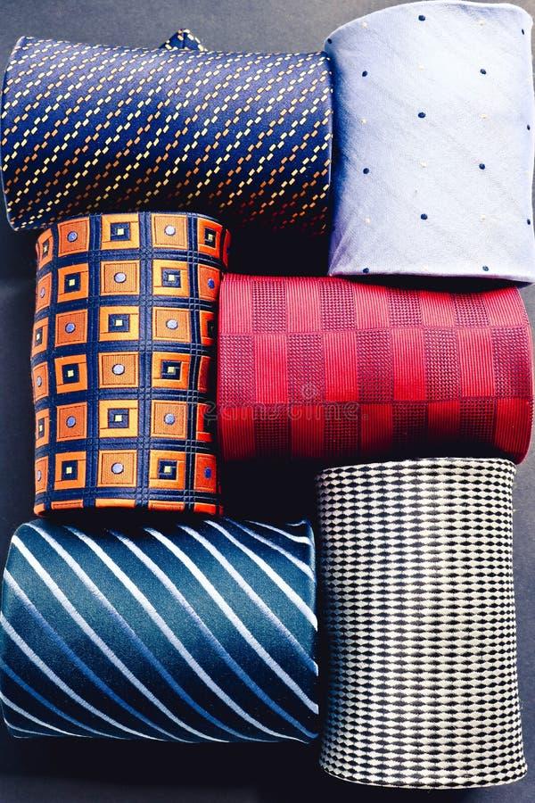 Ställ in av sex mångfärgade hoprullade manband ovanf?r sikt royaltyfri bild