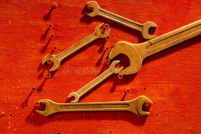 Ställ in av skiftnycklar på ett trärött bräde arkivbild