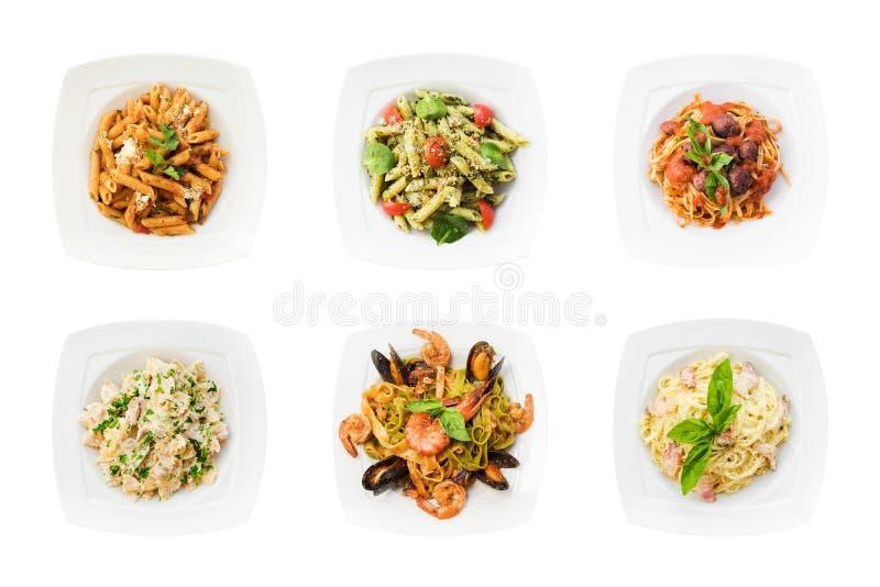 Ställ in av smaklig pasta som isoleras på vit bakgrund Spagetti på plattor arkivbilder