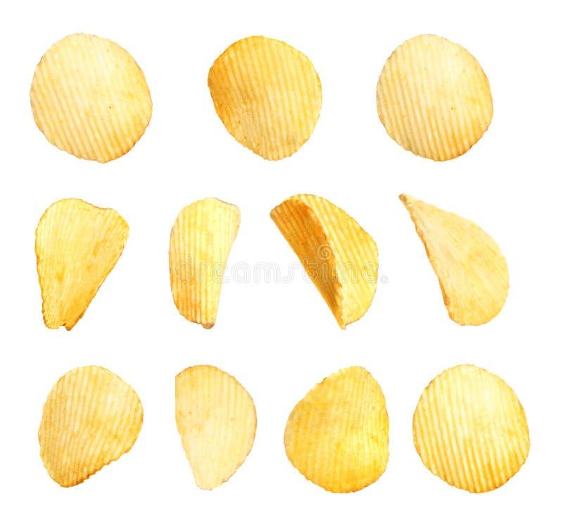 Ställ in av smakliga ridged potatischiper på vit royaltyfri foto