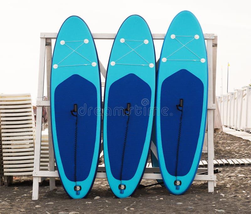 Ställ in av ställnings-upppaddleboarden för att surfa för SUP fotografering för bildbyråer