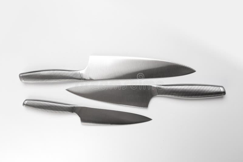 Ställ in av stålkökknivar på vit bakgrund arkivfoton