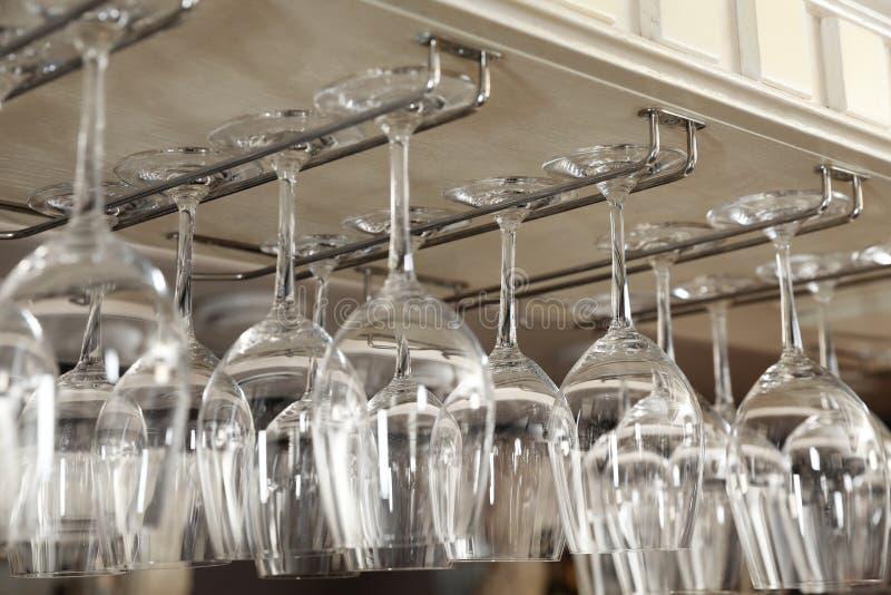 Ställ in av tomma rena exponeringsglas på stång arkivbild