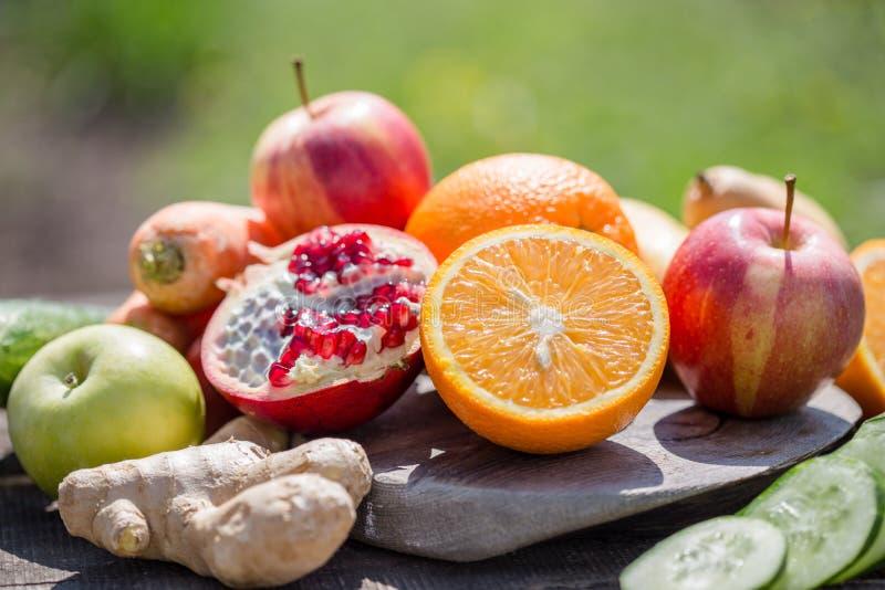 Ställ in av tropiska frukter färgrik och ny sommar, många sunda foods mogen frukt blandad på grön naturlig bakgrund royaltyfria bilder