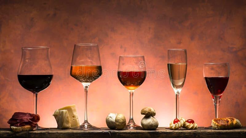 Ställ in av viner och mat royaltyfri bild