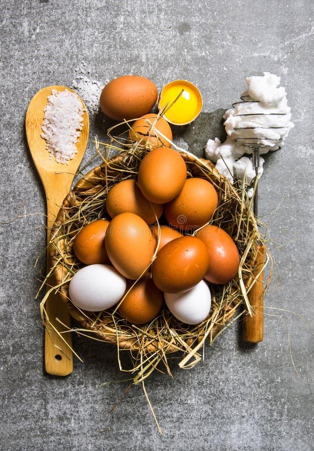 Ställ in en korg av ägg, vifta med det utslagna ägget royaltyfri fotografi