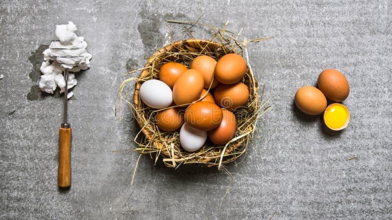 Ställ in en korg av ägg, vifta med det utslagna ägget fotografering för bildbyråer