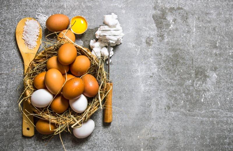 Ställ in en korg av ägg, vifta med det utslagna ägget arkivbild