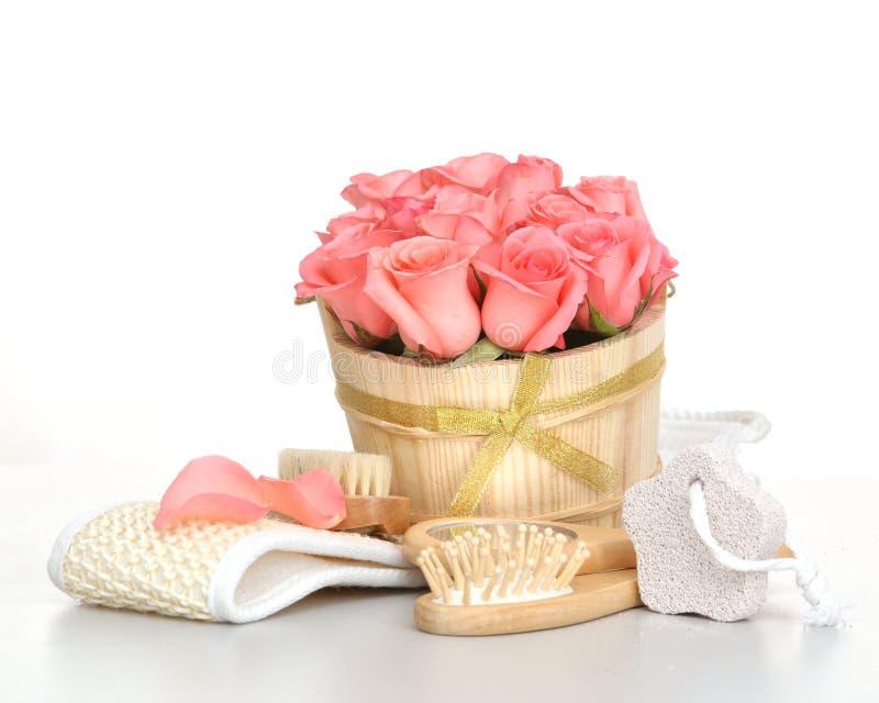 Ställ in för brunnsort med rosa färgrosen arkivbilder