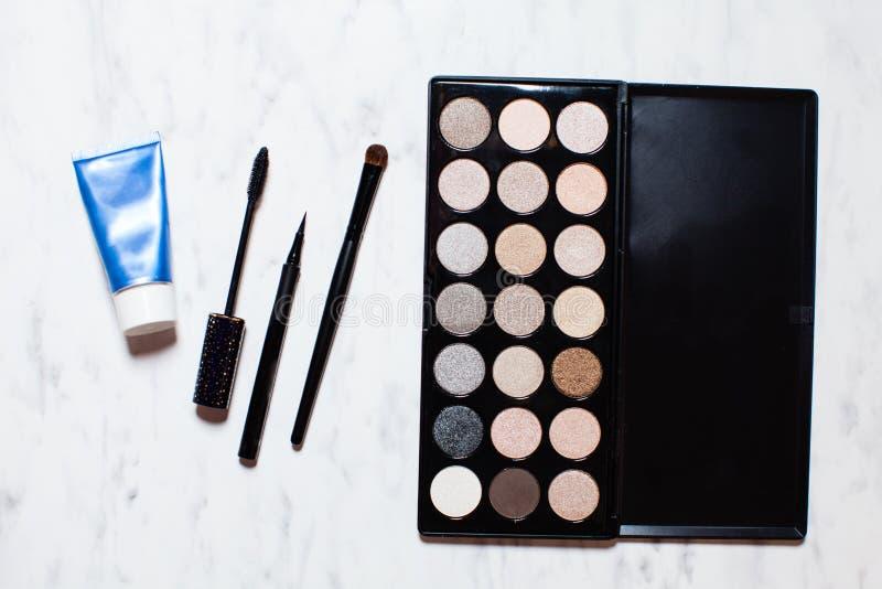 Ställ in för daglig grundläggande makeup arkivbilder