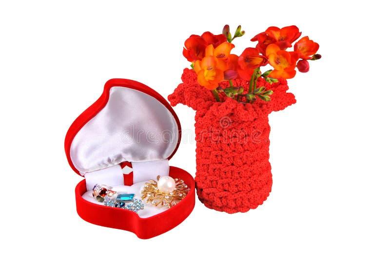 Ställ in gåvan för kvinnor boxas i form av hjärta med smycken, en vas av blommor På white royaltyfri fotografi