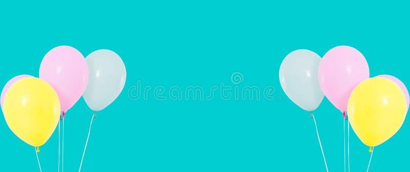 Ställ in gruppen av färgrika ballonger på bakgrund - kopieringsutrymme arkivbild