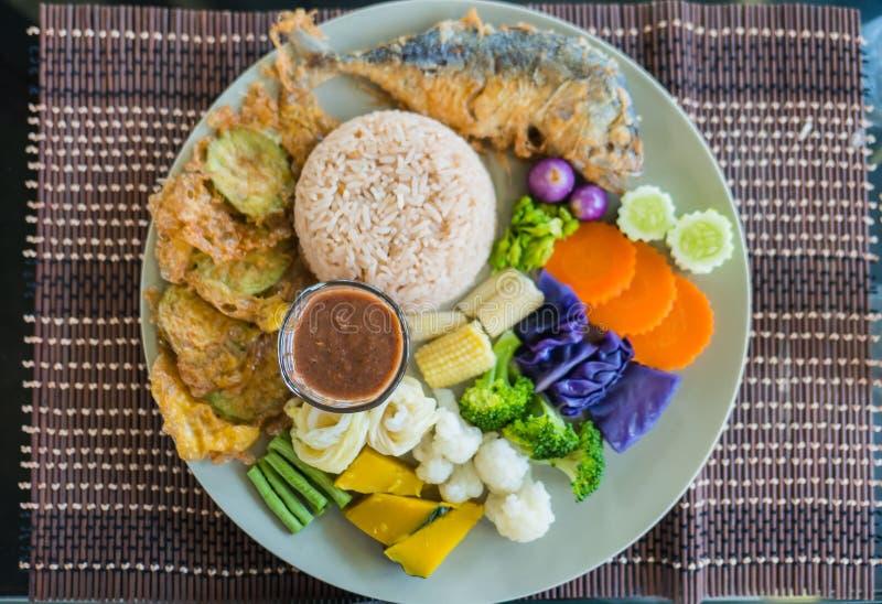 Ställ in kryddig räkadeg för ris och kyla sås som tjänas som med den blandade färgrika grönsaken i platta royaltyfri bild