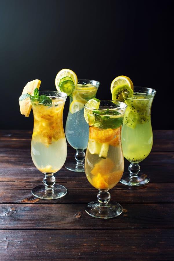Ställ in lemonad med is i den glass orkanen med tropiska frukter arkivfoton
