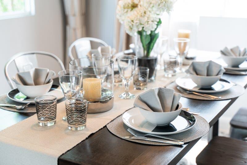 Ställ in matsaltabellen i hus royaltyfria bilder